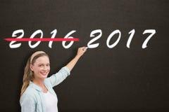 Zusammengesetztes Bild des lächelnden Lehrers schreibend über weißen Hintergrund stockfotos
