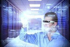 Zusammengesetztes Bild des lächelnden Mannes zeigend bei der Anwendung von virtuellen Videogläsern Lizenzfreies Stockbild