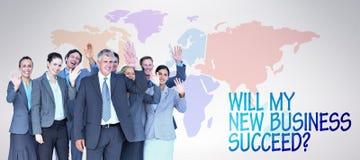 Zusammengesetztes Bild des lächelnden Geschäftsteams, das an der Kamera wellenartig bewegt Lizenzfreie Stockfotos