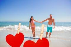 Zusammengesetztes Bild des lächelnden gutaussehenden Mannes seine Freundinhand halten Lizenzfreies Stockbild