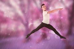 Zusammengesetztes Bild des männlichem Balletttänzerspringens Stockfotografie