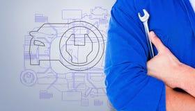 Zusammengesetztes Bild des männlichen Mechanikers Schlüssel auf weißem Hintergrund halten Stockfoto