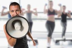 Zusammengesetztes Bild des männlichen Trainers schreiend durch Megaphon Stockfotos