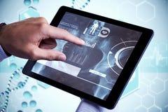 Zusammengesetztes Bild des Mannes, der Tabletten-PC verwendet Stockfotos