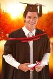 Zusammengesetztes Bild des Mannes graduierend von der Universität Lizenzfreie Stockfotografie