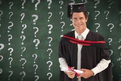 Zusammengesetztes Bild des Mannes graduierend von der Universität lizenzfreies stockfoto