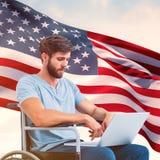 Zusammengesetztes Bild des Mannes im Rollstuhl unter Verwendung des Computers Lizenzfreies Stockfoto