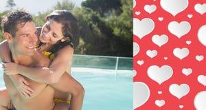 Zusammengesetztes Bild des Mannes nette Frau durch Swimmingpool tragend Lizenzfreie Stockfotografie