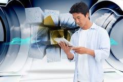 Zusammengesetztes Bild des Mannes seinen Tablet-Computer betrachtend Stockbilder
