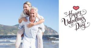 Zusammengesetztes Bild des Mannes seiner lachenden Frau ein Doppelpol am Strand gebend Stockbild