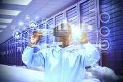Zusammengesetztes Bild des Mannes zeigend bei der Anwendung des Simulators der virtuellen Realität Lizenzfreie Stockfotos