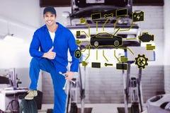 Zusammengesetztes Bild des Mechanikers mit Reifen und Rad entreißt Daumen oben gestikulieren Lizenzfreie Stockfotos