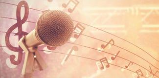 Zusammengesetztes Bild des Mikrofons mit Stand stockbilder