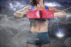 Zusammengesetztes Bild des Mittelteils der biegenden Position des Boxers Stockbilder