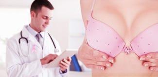 Zusammengesetztes Bild des mittleren Abschnitts der Frau in rührender Brust des BH für Krebsbewusstsein Stockbild