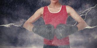 Zusammengesetztes Bild des mittleren Abschnitts der Nahaufnahme eines entschlossenen weiblichen Boxers Stockfoto