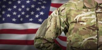 Zusammengesetztes Bild des mittleren Abschnitts des Militärsoldaten stockfoto