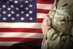 Zusammengesetztes Bild des mittleren Abschnitts des Militärsoldaten Eid schwörend Lizenzfreie Stockbilder