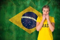 Zusammengesetztes Bild des nervösen Fußballfans in Brasilien-T-Shirt Lizenzfreie Stockbilder