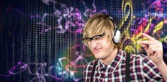 Zusammengesetztes Bild des netten blonden Hippies, der Musik hört Lizenzfreies Stockfoto