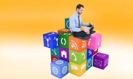 Zusammengesetztes Bild des netten Geschäftsmannes sitzend auf dem Boden unter Verwendung des Laptops Stockfotografie