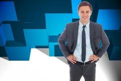 Zusammengesetztes Bild des netten Geschäftsmannes stehend mit den Händen auf Hüften Stockbilder