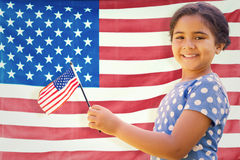 Zusammengesetztes Bild des netten Mädchens mit amerikanischer Flagge stockfotografie