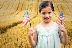 Zusammengesetztes Bild des netten Mädchens mit amerikanischer Flagge Stockbild
