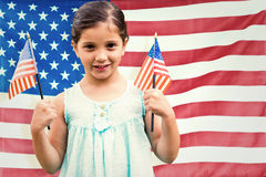 Zusammengesetztes Bild des netten Mädchens mit amerikanischer Flagge stockfoto