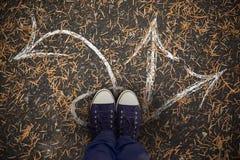 Zusammengesetztes Bild des niedrigen Abschnitts des Mannes stehend auf Massivholzboden Lizenzfreies Stockfoto