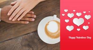 Zusammengesetztes Bild des Paarhändchenhaltens neben Cappuccino Stockfotos