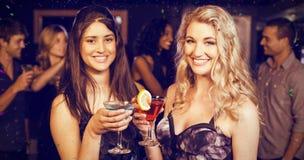 Zusammengesetztes Bild des Porträts der Freunde, die etwas trinken Stockbilder