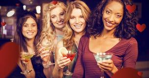 Zusammengesetztes Bild des Porträts der Freunde, die etwas trinken Lizenzfreie Stockfotografie