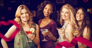 Zusammengesetztes Bild des Porträts der Freunde, die etwas trinken Lizenzfreies Stockfoto