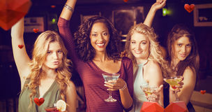 Zusammengesetztes Bild des Porträts der Freunde, die etwas trinken Stockfotografie