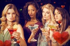 Zusammengesetztes Bild des Porträts der Freunde, die etwas trinken Lizenzfreies Stockbild