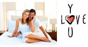 Zusammengesetztes Bild des Porträts der Liebhaber, die auf Bett sitzen Stockbild