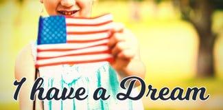 Zusammengesetztes Bild des Porträts der Mädchenvertretungsamerikanischer flagge lizenzfreies stockbild