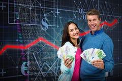 Zusammengesetztes Bild des Porträts der Paare, die Geld zeigen Stockfotografie