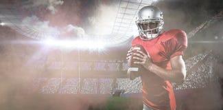Zusammengesetztes Bild des Porträts des überzeugten Sportspielers im roten Trikot, das Ball hält Stockbilder