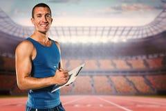 Zusammengesetztes Bild des Porträts des überzeugten Sporttrainerschreibens auf Klemmbrett lizenzfreie stockfotografie