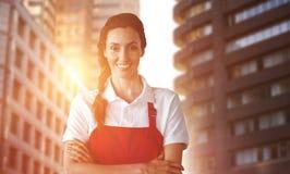 Zusammengesetztes Bild des Porträts des überzeugten weiblichen Inhabers mit den Armen gekreuzt lizenzfreie stockfotos
