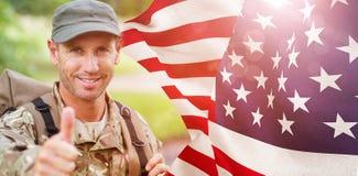 Zusammengesetztes Bild des Porträts des glücklichen Armeemannes mit den Daumen oben Stockfotografie