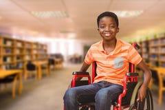 Zusammengesetztes Bild des Porträts des Jungen sitzend im Rollstuhl an der Bibliothek Lizenzfreies Stockbild