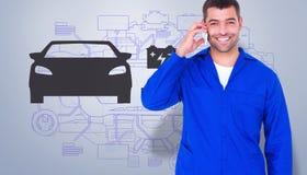 Zusammengesetztes Bild des Porträts des lächelnden männlichen Mechanikers, der Handy verwendet Stockfoto