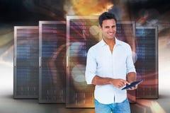 Zusammengesetztes Bild des Porträts des lächelnden Mannes, der Tablet-Computer 3d verwendet Stockfoto