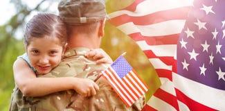 Zusammengesetztes Bild des Porträts des Mädchens Offizier- in der Armeevater umarmend Lizenzfreies Stockbild