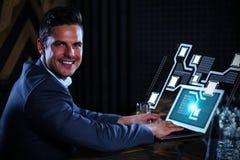 Zusammengesetztes Bild des Porträts des Mannes, der Laptop in Gegen-3d verwendet Stockbilder