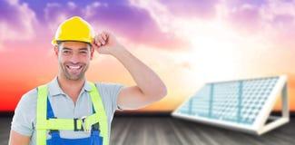 Zusammengesetztes Bild des Porträts des netten Arbeiters Sturzhelm 3d halten Stockfoto