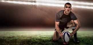 Zusammengesetztes Bild des Porträts des Rugbyspielers im schwarzen Trikot, das Ball und 3d setzt Stockbilder
